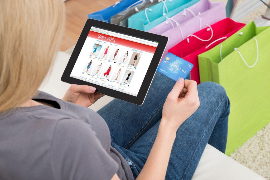 Žena koja kupuje online od kuće